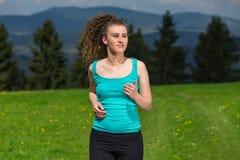 Ung kvinna som joggar i natur Royaltyfri Fotografi