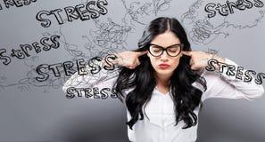 Ung kvinna som känner sig stressad royaltyfri fotografi