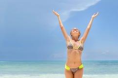 Ung kvinna som känner stranden royaltyfri bild
