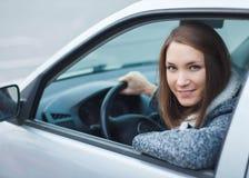 Ung kvinna som kör bilen i staden Royaltyfria Bilder