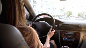 Ung kvinna som kör bilen i staden, stads- livsstil, överensstämmelse med trafikregler arkivbild