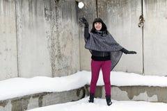 Ung kvinna som kastar en kasta snöboll Royaltyfri Fotografi