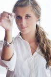 Ung kvinna som kastar home tangenter i luft Fotografering för Bildbyråer