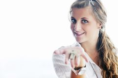 Ung kvinna som kastar home tangenter i luft Royaltyfri Fotografi