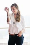 Ung kvinna som kastar home tangenter i luft Arkivfoto