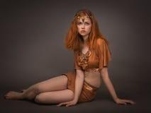 Ung kvinna som kläs som amasoner Royaltyfria Foton