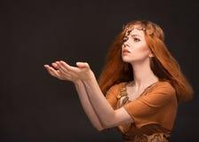 Ung kvinna som kläs som amasoner Arkivfoton
