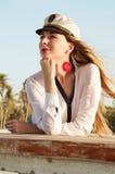 Ung kvinna som kläs som en fartygkapten royaltyfria foton
