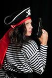 Ung kvinna som kläs som en piratkopiera i en hol för svart hatt Royaltyfri Fotografi