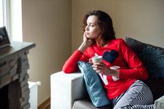 Ung kvinna som kopplar av i pyjamas royaltyfri foto