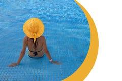 Ung kvinna som kopplar av i simbassäng på loppet för brunnsortsemesterort som kopplar av begreppssommarhavet Baner med st?llet f? fotografering för bildbyråer