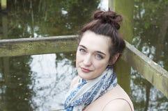 Ung kvinna som kopplar av vid damm 001 Royaltyfri Fotografi