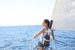 Ung kvinna som kryssar omkring med segelbåten Royaltyfri Bild