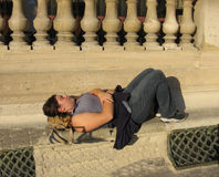 Ung kvinna som lägger i Paris-materiel foto arkivbilder