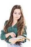 Ung kvinna som läser en bok på vit bakgrund Royaltyfria Foton