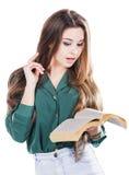 Ung kvinna som läser en bok på vit bakgrund Arkivbild