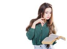 Ung kvinna som läser en bok på vit bakgrund Arkivfoton