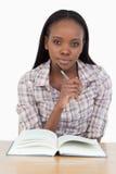 Ung kvinna som läser en roman Royaltyfri Bild