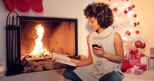 Ung kvinna som läser ett dricka rött vin royaltyfri foto