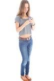 Ung kvinna som läser ett textmeddelande Royaltyfria Foton