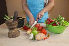 Ung kvinna som lagar mat sunt mål i köket Laga mat hemmastadd sund mat kök som förbereder grönsakkvinnan Kocken klipper th Fotografering för Bildbyråer