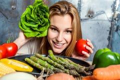 Ung kvinna som leker med Veggies Royaltyfri Foto