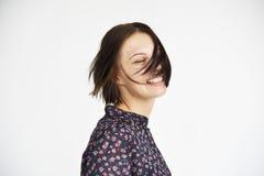 Ung kvinna som ler gladlynt begrepp arkivfoto