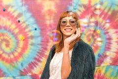 Ung kvinna som ler, med bubblor royaltyfri fotografi