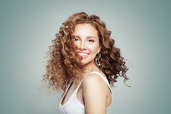 Ung kvinna som ler, modestående Gullig flicka med blont hår royaltyfri fotografi
