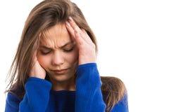 Ung kvinna som lider den head knipet Arkivbilder