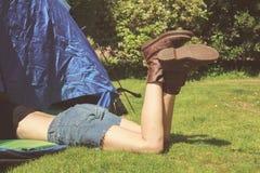 Ung kvinna som ligger i ett tält Arkivbilder