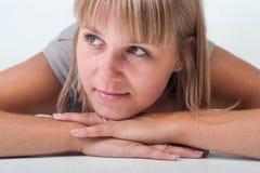 Ung kvinna som ligger på golvet Arkivfoto