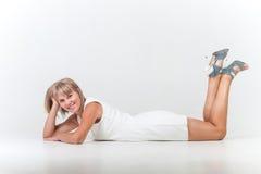 Ung kvinna som ligger på golvet Royaltyfri Foto