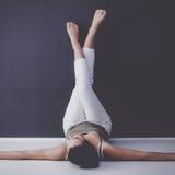 Ung kvinna som ligger på golvet med ben upp Royaltyfria Foton