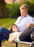 Ung kvinna som ligger på henne pojkvän varv Royaltyfri Bild
