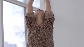 Ung kvinna som lugnar hennes andning efter praktiserande yoga stock video