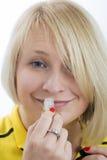Ung kvinna som luktar den lilla flaskan royaltyfria bilder