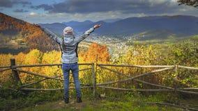 Ung kvinna som lyfter händer på bergsiktspunkt lager videofilmer