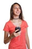 Ung kvinna som lyssnar till hennes favorit- sång Fotografering för Bildbyråer