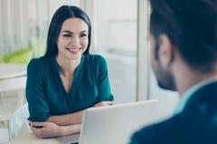 Ung kvinna som lyssnar till hennes framtida kollega om nytt jobb i f royaltyfria foton
