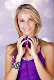 Ung kvinna som lyssnar till musik royaltyfri fotografi