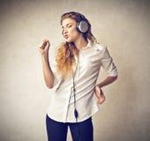 Ung kvinna som lyssnar till musiken Royaltyfri Foto