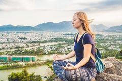 Ung kvinna som mediterar över landskap för forntida stad på soluppgångkopieringsutrymme Arkivbilder