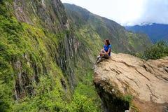 Ung kvinna som nära tycker om sikten av den Inca Bridge och klippabanan royaltyfria foton