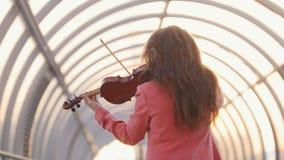 Ung kvinna som offentligt spelar fiolsammans?ttning stock video