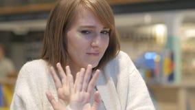 Ung kvinna som ogillar och kasserar erbjudande i kafé stock video