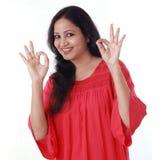 Ung kvinna som ok visar gest royaltyfria bilder