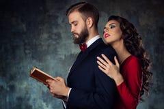 Ung kvinna som omfamnar mannen arkivbild