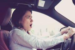 Ung kvinna som omkring kör en chockad bil för att ha trafikolycka Royaltyfri Foto