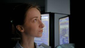 Ung kvinna som omkring ser i modernt historiskt museum arkivfilmer
